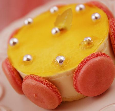 Raspberry macarons yogurt mousse
